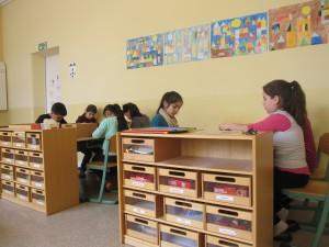 Schüler beim gemeinsamen Arbeiten an den Gruppentischen.